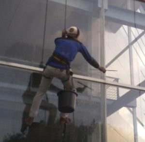 jasa pembersih kaca gedung6